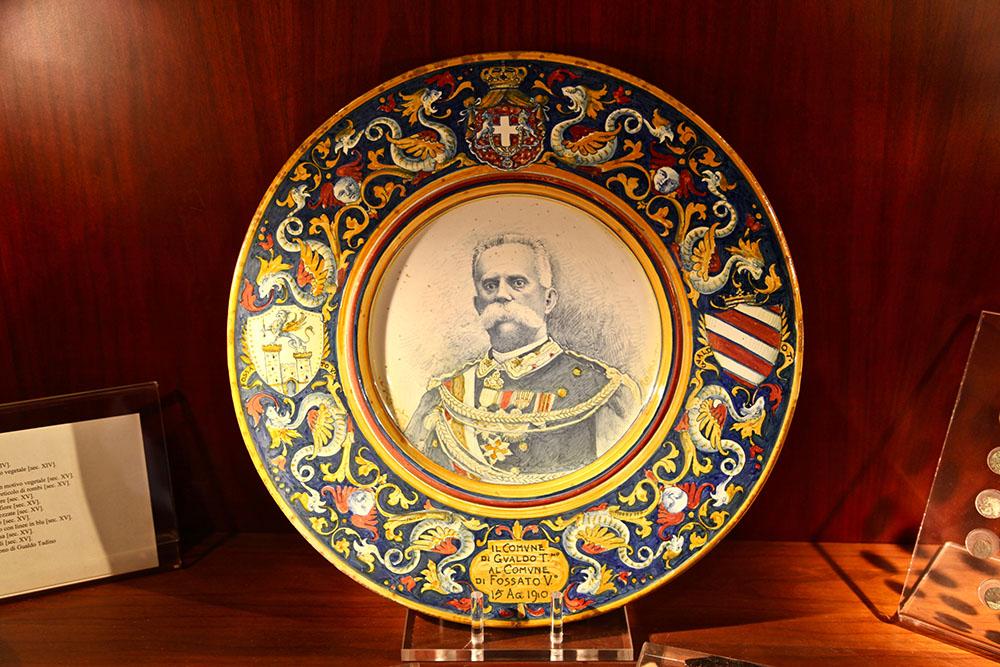 Ritratto di Umberto I e iscrizione